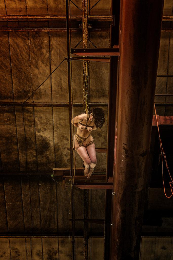 bondage-fetisch-lost-place-modell-desty-ropemotion-svenspannagel-fotografie-zoom-out.jpg