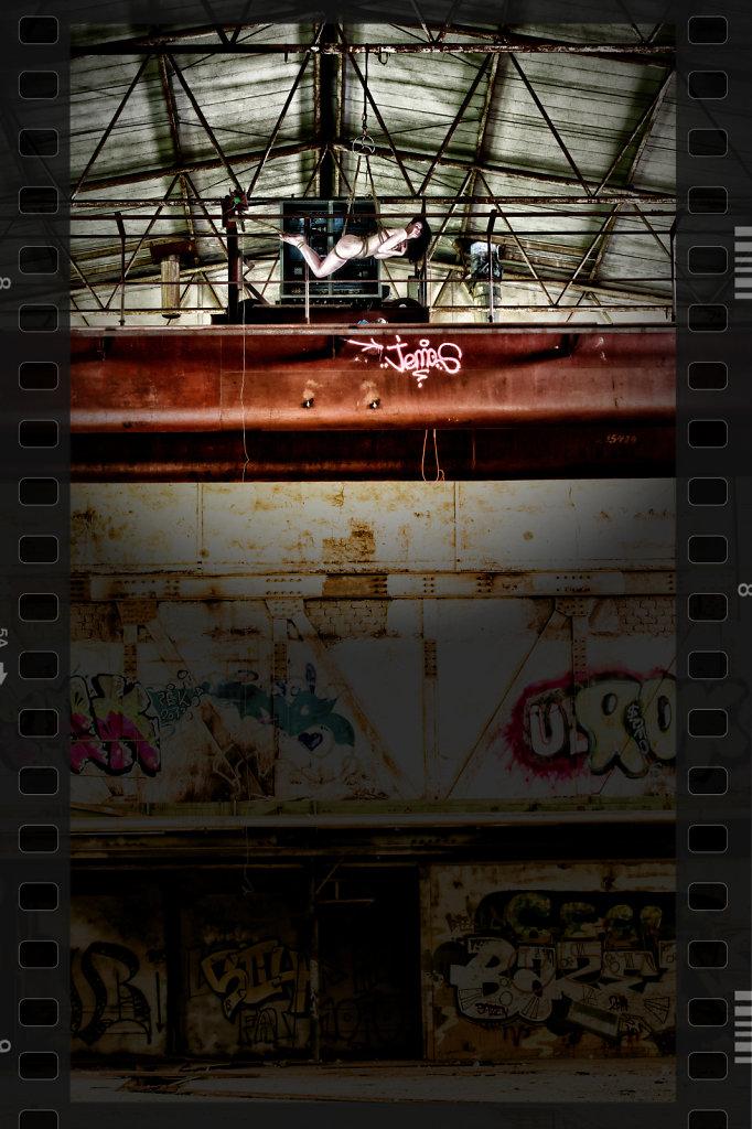 bondage-fetisch-lost-place-modell-desty-ropemotion-svenspannagel-fotografie-hanging-high.jpg
