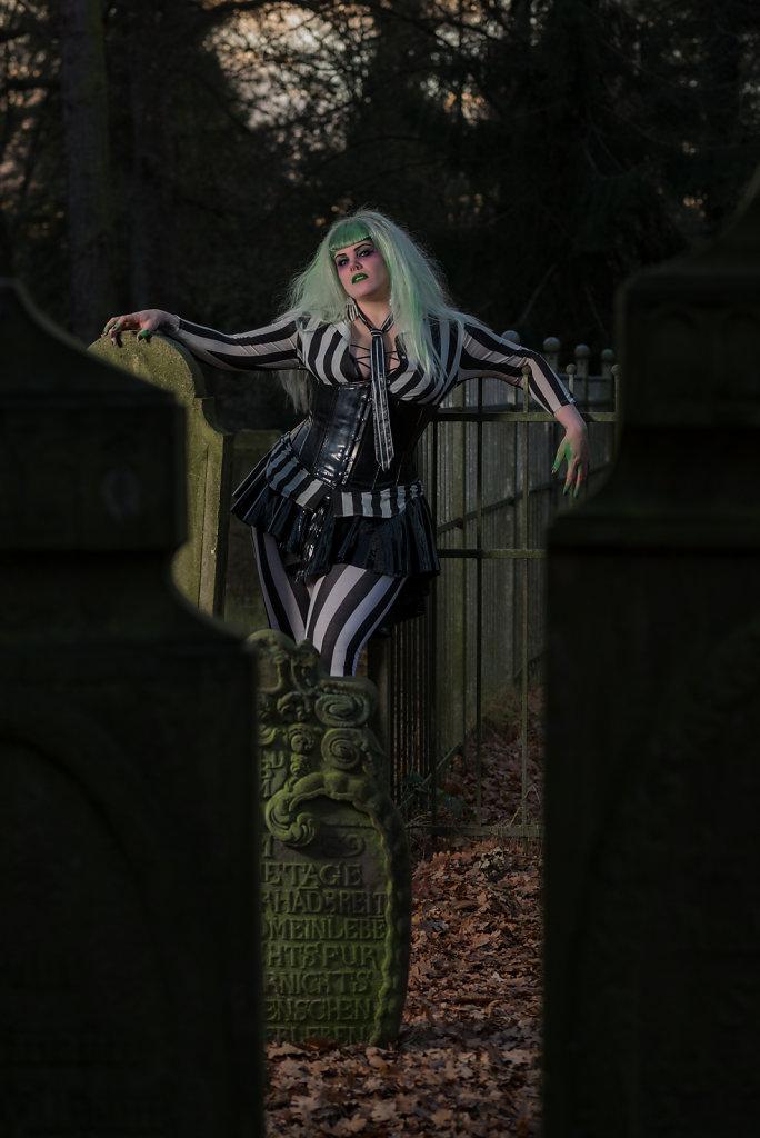 Beetlejuice-timburten-horror-Friederike-van-Frankenstein-svenspannagel-fotografie-scary-friedhof-gothic-4.jpg