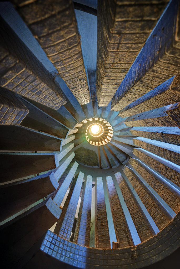 urbex-manoir-colimacon-frankreich-svenspannagel-fotografie-lost-places-gothic-treppe-maison-24.jpg